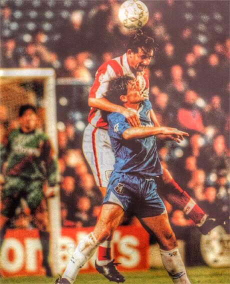 A képen Chelsea mezben Mark Hughes a '95-ös Ligakupa meccsen